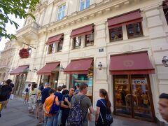 オペラ座から続くケルントナー通り。歩行者天国となっていて、カフェやさまざまな店があってとても賑やかです。特に行列ができていたお店 SACHER ECK VIENNA。