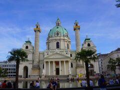 美術館を出ると教会に出ました。バロック建築の傑作と言われるカールス教会です。