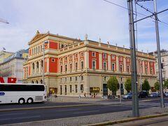 その向かいには楽友協会の建物が鎮座しています。1870年に完成した建物でウィーンフィルハーモニーの本拠地です。