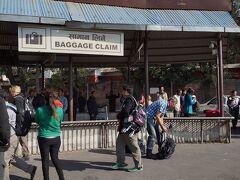 カトマンズ=トリブバン空港の国内線バゲッジクレイムは半屋外