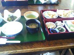 こちらは、「天ぷら御膳」です。天ぷらには抹茶塩も付いていました。 どちらの御膳も美味しくて、食事も楽しめて、価格以上に満足でした。