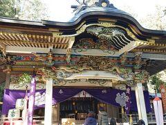 下山して今度は本宮にお参り。本殿の軒には古代中国の孝行話を題材にした透かし彫りが彫られていて見事。