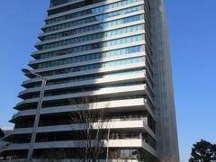 【メズム東京】  ウォーターズ竹芝のタワー棟地上26階建ての16~26階が、客室265室の(メズム東京、オートグラフ コレクション) 下がオフィスで5~14階がヤクルト 1階~4階がJRの商業施設アトレ竹芝 タワー棟1階にはビオセボン、サードバーガー、2階にはナチュラルローソンなど。アトレなのでJREポイントが貯まります。