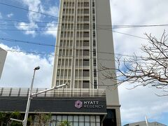 「ハイアットリージェンシー那覇 沖縄」  クラブフロアに宿泊だとバレーサービスがあるそうで、 エントランスまで行けばそのまま車を預かってくれました。 駐車場は1泊1,500円。