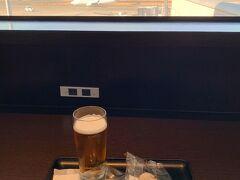 ラウンジであさごはん。 おビールもいただきます。 おにぎりだけなのに… なんで割り箸持ってきちゃったんだろうw