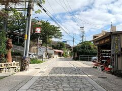 壺屋やちむん通り。 窯元や陶器やさん、カフェが立ち並ぶ通り。
