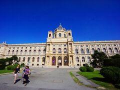 広場を中心に反対側にある建物は自然史博物館です。美術史美術館と同じ作りです。