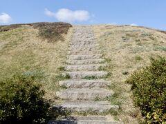 鍋塚古墳、登れます! と言ってもほんの20段ほど上るだけなんだけど