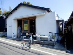 道明寺天満宮のすぐそばにある、白い壁のお洒落なパン屋さん