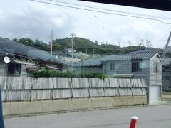 途中で通った黒島町は、裕福な北前船の船主さんが多く住んでいたところで、黒瓦と黒板塀の家々が並んでいます