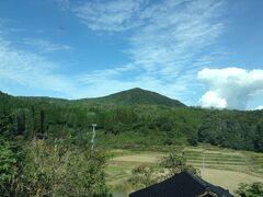 国道249号線を走って森を抜けると、二等辺三角形の高爪山(たかつめやま)が見えました