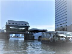【東京水辺ライン】 出航です。 メズムから見えた汐留川水門をくぐり