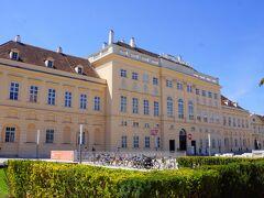 ミュージアム・クォーターは、ウィーンのノイバウ地区に面積約 60,000 m?にわたって整備された美術館群の呼称です。