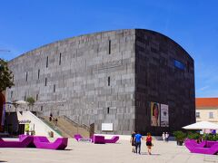 この石造りの斬新な建物はMUMOK(ウィーン・ルートヴィヒ財団近代美術館)です。この美術館は近代美術、現代美術の美術館でアンディ・ウォーホル、パブロ・ピカソ、ロイ・リキテンスタインといった画家の作品が展示されており2001年に開館したそうです。