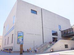 対照的にこの純白の建物がレオポルト美術館です。美術館はルドルフ・レオポルドが50年以上の歳月をかけて収集したプライベート・コレクションを元にしており、2001年から一般公開されました。