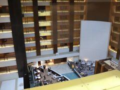 本日の宿は、ストリングスホテル東京インターコンチネンタル。  品川イーストワンタワーの地下に停め、B1階から26階へ。 1泊2,500円。  チェックインは26階。 部屋の最終確認をするからと、ロビーで5分ほど待つ。  客室専用エレベーターで31階へ。  タイムズ品川イーストワンタワー https://times-info.net/P13-tokyo/C103/park-detail-BUK0046536/