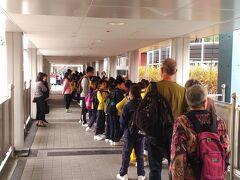 最終日はフライトまであまり時間がないので MRTの紅磡駅から歩いて数分の 科学館に寄って空港まで向かいます。 社会科見学の学生たちと一緒に入場しました。