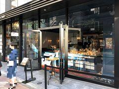 東京・麻布十番【Scene - Kazutoshi Narita】  2020年12月5日にオープンしたベーカリー【シーン カズトシ ナリタ】 の写真。  有名なパティシエである成田一世氏のお店です。  お客様それぞれのシーンで重要な役割を果たすであろう商品達を、 シェフパティシエ成田一世とトリュフベーカリーの立ち上げチームが 手を組み、素材本来の味、私達が考える正しい味を 追求再現する場として、ここ麻布十番に生菓子・焼菓子・パンの 専門店を開店いたします。