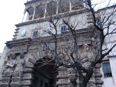 ポルタ・ヌォーバ(ヌォーバ門)をくぐって王宮へ向かいます。