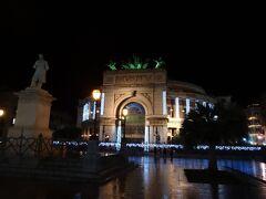 ホテルに戻る前にポリテアーマ広場へ。