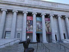 昨日とは反対側のボストン美術館の入口に到着です。昨日のチケットをカウンターで提示すると,新しいチケットに交換してもらいました。再入場は10日以内に1回限りという規定でした(訪問当時)。