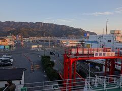 夕陽に照らされた鋸山に見送られて出港です。