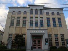 内子児童館の奥にあるこの建物は内子町ビジターセンター。昭和初期に内子警察署として造られたもので現在は観光案内所として利用されています。 立派な建物ですが警察署だったからか重厚感があり他の内子の街並みとは少し合わない感じもありますね。 写真左下に石碑が見えますがこれは内子に近代西洋医学をもたらした安達玄杏を記念する石碑です。