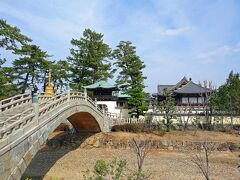 四国霊場八十八ヶ所霊場75番札所の総本山善通寺に来ました。 弘法大師の誕生地である香川県善通寺市にある寺院です。