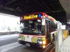 これから乗るバスがやってきました。市内の秋川街道をひたすら走り、峠を越えてあきる野市の武蔵五日市駅まで行くバス。 八王子の中央線から北側と西多摩地域を手広くカバーしている西東京バス。個人的には地元に来た感がすごくします。