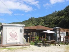 座間味島の名物を宿の人に聞いたら、すすめられたこのお店。 「和山海雲」という食堂です。 オープンテラスのような食堂でした。