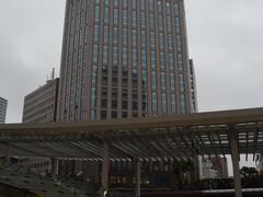 <横浜ベイシェラトンと相鉄ジョイナス>  ホテルを出て横浜駅へ。 ホテルの地下から相鉄ジョイナスの地下を通って地上に出たところで振り返ってホテルを見ました。 ジョイナスを利用すると雨が降っていても濡れずに済んで便利です♪