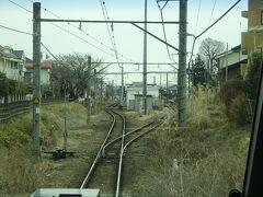 東秋留(ひがしあきる)駅。 駅舎が上下線の間にあり、踏切を渡らないと入れない駅。