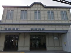新門司港から小倉まで無料のバスがあります。 小倉から博多までは山陽新幹線か鹿児島本線を選択できます。  鹿児島本線を使うならば、折尾駅で途中下車がおすすめです。 かつての駅舎を復刻させたレトロ駅舎を見ることができます。