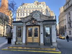 9:25にマンハッタン側の港(ホワイトホールターミナル)に戻り,歩いて5~6分くらいのところにある地下鉄のBowling Green駅にきました。メトロポリタン美術館に向かいます。 これが駅の入り口。おしゃれですよね,何かのお店のようにも見えますが,扉を開けると普通に階段があります