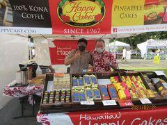 「Happy Cakes」のオーナーとお手伝いのハワイ歴17年のGENさん。 去年、売切れで買えなかった Pineapple Macsdamia Nut Cake $20.00をGet! 3週間お休みをしていて、久々の営業だったそうでLuckyでした。