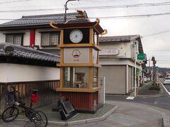 グーグルマップには東海道と街道表示してくれるのでそれを頼りに走る まず、水口宿のからくり時計に到着  天気が悪い上に結構寒い。