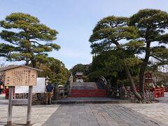鶴岡八幡宮の境内に入りました。正面にある「太鼓橋」が立派です。ずっと奥に拝殿が見えます。