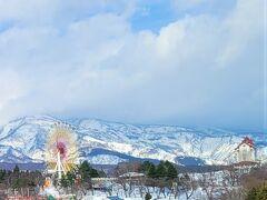 帰りは、北陸自動車道から上信越自動車道へ。  右手に一瞬見える遊園地は、春先になると桜と雪山の景色がとても素敵なんですよ。