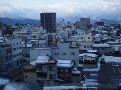 本日宿泊したのは、会津若松駅前の『α-1』というビジネスホテルです。 1泊素泊まりで3220円とお値打ちに泊まれました(°▽°)  7階の部屋からは鶴ヶ城も望めましたよ