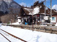 茅葺きの趣のある湯野上温泉駅です
