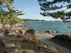 海の公園は砂浜のイメージが強いが、八景島側は岩場で趣が異なる。