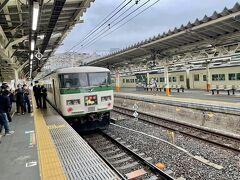 熱海駅では伊豆急下田からの列車を待ちます。  反対側のホームにも185系踊り子