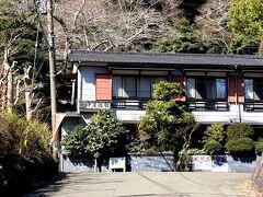 中屋旅館です。  高田馬場とかにある大学生の下宿先に見えます。