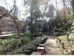 【御殿山庭園】 お庭を散歩 ホテル敷地内なのか別なのか不明ですが、ホテルの前から隣接しています。 部屋からも見えたブランコのある公園 ホテルと同じ建物の御殿山トラストコート(住宅)のエントランスが見えました。  このあたりの土を削って、江戸時代末期の砲台(お台場)を作ったらしい・・ 江戸時代は海がもっと近かったから・・