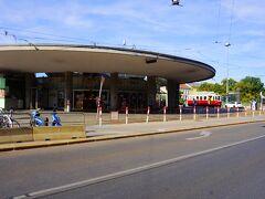 その先にヒーツィング駅があります。