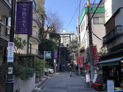 東京・湯島「学問のみち」  学問の神様として知られる『湯島天神』と東京メトロ日比谷線 「仲御徒町」駅をつなぐ「学問のみち」沿いにある 喫茶店【美術茶房篠】の写真。  今人気のクリームソーダもいただけます。 あんみつ、おしるこ、甘酒などのメニューも。  2017年11月に松坂屋上野店本館のすぐ横に位置する日比谷線 「仲御徒町」駅~湯島天神間の約700mにわたる道が 「学問のみち」と命名されました。 学問の神様として知られる菅原道真公を祀る『湯島天神』へ向かう道 であることから、上野御徒町エリアを学業に縁深い街としてアピールし、 地域の活性化につなげたいという想いが込められているそうです。