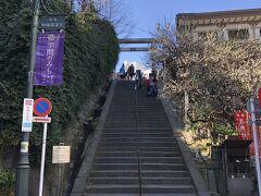 東京・湯島『湯島天神』  「天神石坂(天神男坂)」の写真。  『湯島天神』には何度か行ったことがあります。 早速、梅の木が出現。こちらの坂は上がらずに右手に曲がり、 旧天神下花街の路地を抜けて「女坂」から行くことにします (^^♪