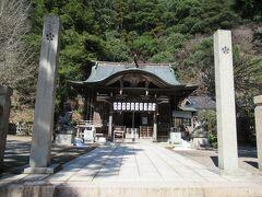 朝は四所神社を通っただけだったので、今回は参拝しました。梅鉢紋が入った石柱が目立ってます