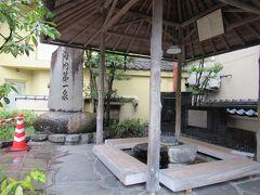 一の湯の足湯と石碑。平日の午前中でしかも小雨なので誰もいません