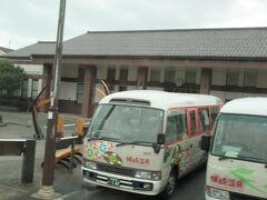 外湯めぐりのバスもまだ待機中